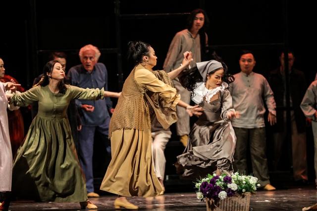 Vở Nhạc kịch 'Những người khốn khổ' chinh phục khán giả Thủ đô trong đêm đầu tiên ra mắt - Ảnh 4.