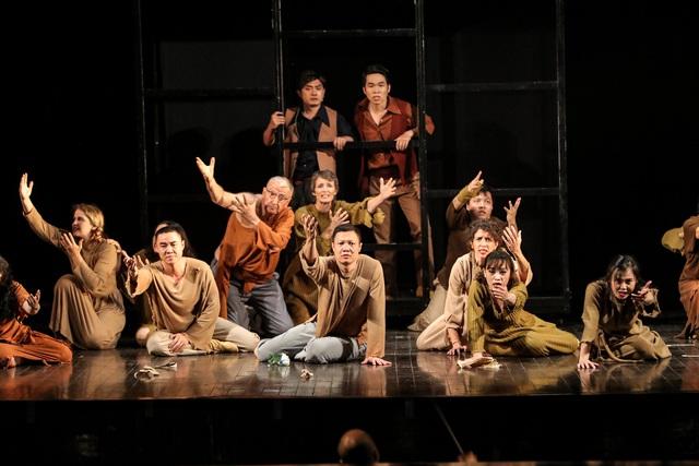 Vở Nhạc kịch 'Những người khốn khổ' chinh phục khán giả Thủ đô trong đêm đầu tiên ra mắt - Ảnh 10.