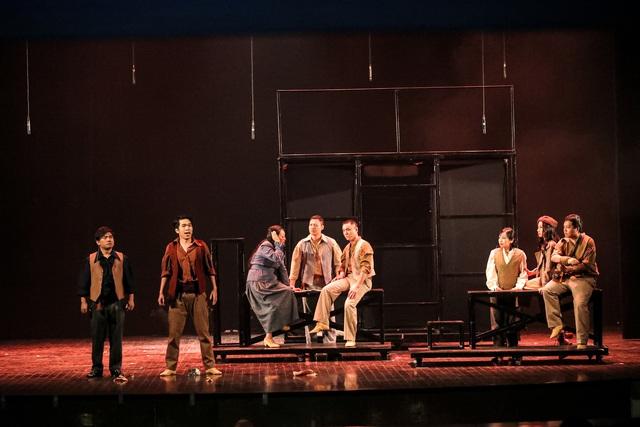 Vở Nhạc kịch 'Những người khốn khổ' chinh phục khán giả Thủ đô trong đêm đầu tiên ra mắt - Ảnh 14.