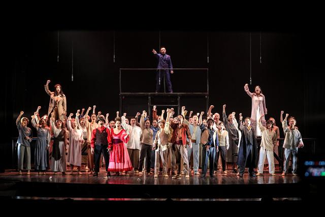 Vở Nhạc kịch 'Những người khốn khổ' chinh phục khán giả Thủ đô trong đêm đầu tiên ra mắt - Ảnh 15.