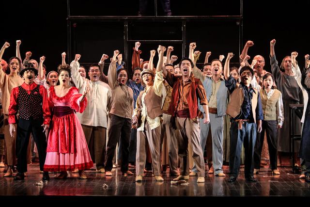 Vở Nhạc kịch 'Những người khốn khổ' chinh phục khán giả Thủ đô trong đêm đầu tiên ra mắt - Ảnh 16.