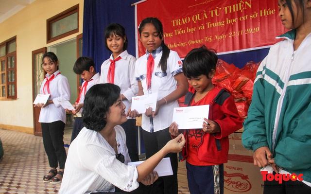 Báo điện tử Tổ Quốc tặng quà cho học sinh vùng lũ Quảng Trị - Ảnh 1.