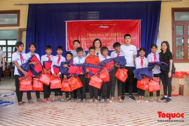 Báo điện tử Tổ Quốc tặng quà cho học sinh vùng lũ Quảng Trị - Ảnh 2.