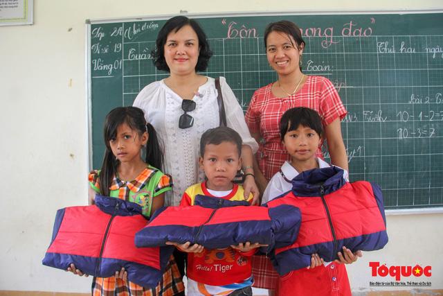 Báo điện tử Tổ Quốc tặng quà cho học sinh vùng lũ Quảng Trị - Ảnh 6.
