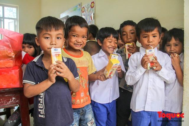 Báo điện tử Tổ Quốc tặng quà cho học sinh vùng lũ Quảng Trị - Ảnh 7.