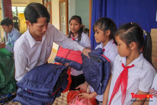 Báo điện tử Tổ Quốc tặng quà cho học sinh vùng lũ Quảng Trị - Ảnh 4.