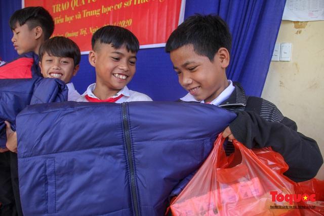 Báo điện tử Tổ Quốc tặng quà cho học sinh vùng lũ Quảng Trị - Ảnh 8.