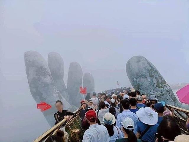Vụ du khách trèo vào bàn tay trên Cầu Vàng: Bao giờ mới có văn minh du lịch? - Ảnh 2.