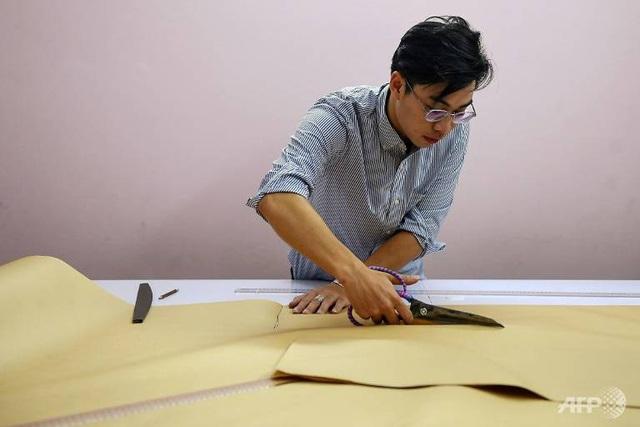 AFP: Nhà thiết kế Việt Nam truyền cảm hứng giới trẻ về văn hóa truyền thống - Ảnh 3.