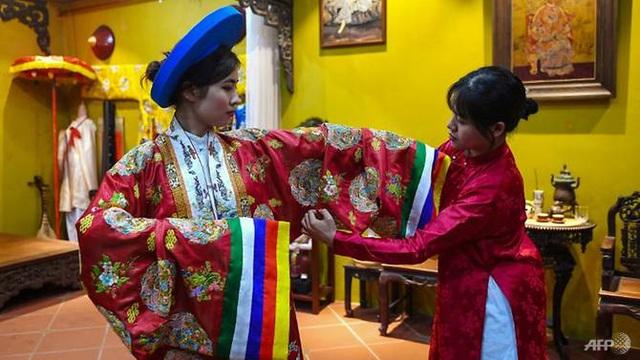 AFP: Nhà thiết kế Việt Nam truyền cảm hứng giới trẻ về văn hóa truyền thống - Ảnh 1.