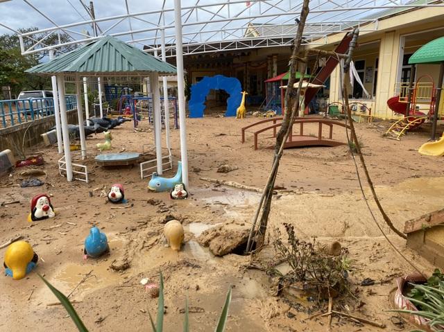 Giám đốc Sở GD&ĐT bật khóc khi chứng kiến ngôi trường vùng cao tan hoang sau lũ - Ảnh 2.