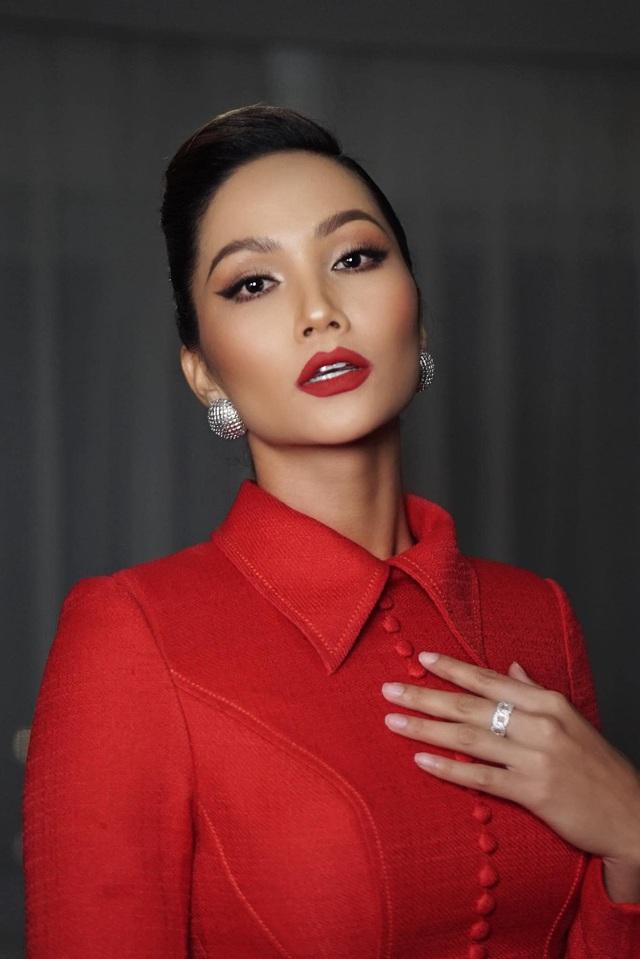 """H'Hen Niê tự nhận là """"cô"""" khi đứng cạnh cầu thủ Quang Hải - Ảnh 2."""