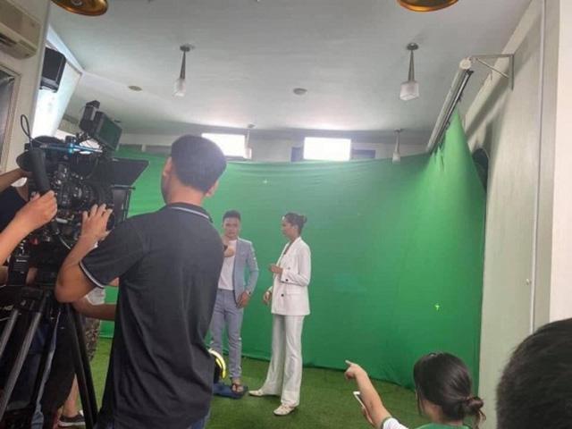 """H'Hen Niê tự nhận là """"cô"""" khi đứng cạnh cầu thủ Quang Hải - Ảnh 1."""