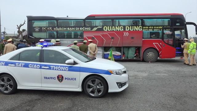 Thừa Thiên Huế: Bắt giữ xe khách chở lô hàng hóa lớn không rõ nguồn gốc - Ảnh 1.