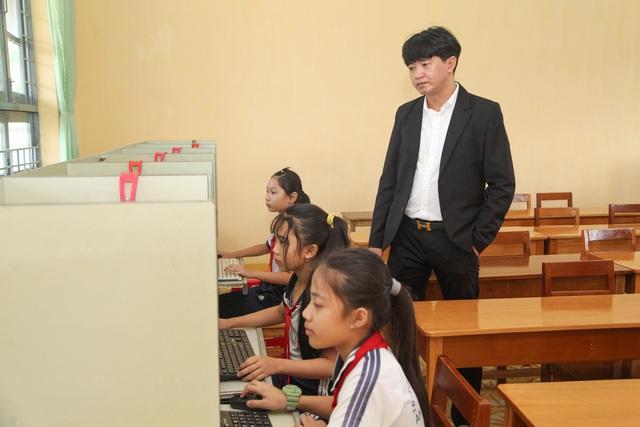 Trao tặng 80 máy tính cho học sinh vùng lũ - Ảnh 2.