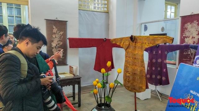 Không gian trưng bày và thao diễn nghề may áo dài Huế thu hút người xem trong ngày đầu mở cửa - Ảnh 5.