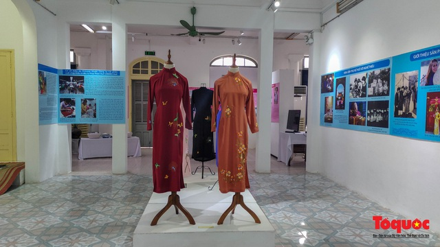 Không gian trưng bày và thao diễn nghề may áo dài Huế thu hút người xem trong ngày đầu mở cửa - Ảnh 1.