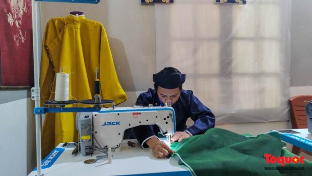 Không gian trưng bày và thao diễn nghề may áo dài Huế thu hút người xem trong ngày đầu mở cửa - Ảnh 4.