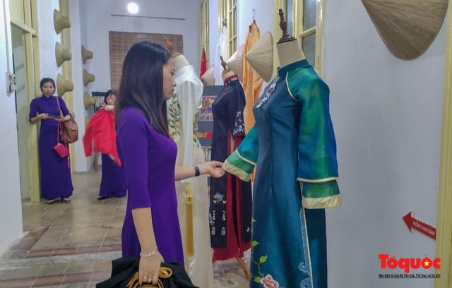 Không gian trưng bày và thao diễn nghề may áo dài Huế thu hút người xem trong ngày đầu mở cửa - Ảnh 2.
