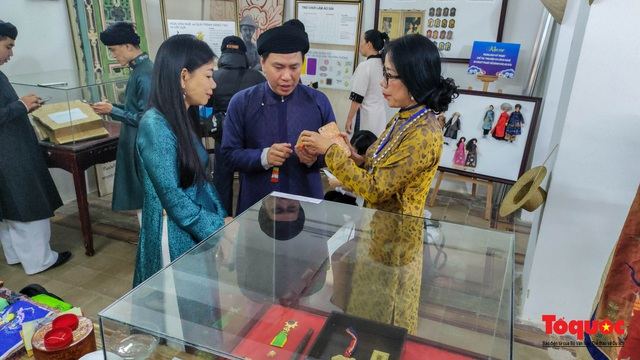 Không gian trưng bày và thao diễn nghề may áo dài Huế thu hút người xem trong ngày đầu mở cửa - Ảnh 10.
