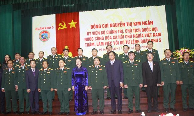 Chủ tịch Quốc hội Nguyễn Thị Kim Ngân thăm và làm việc với Bộ Tư lệnh Quân khu 5 - Ảnh 2.