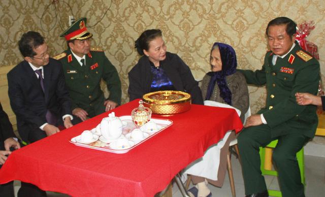Chủ tịch Quốc hội Nguyễn Thị Kim Ngân thăm và làm việc với Bộ Tư lệnh Quân khu 5 - Ảnh 3.