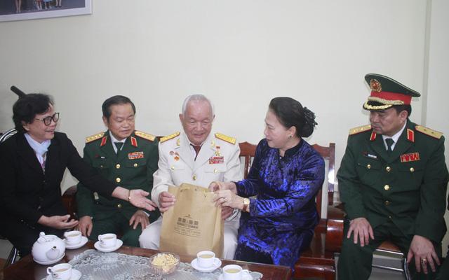 Chủ tịch Quốc hội Nguyễn Thị Kim Ngân thăm và làm việc với Bộ Tư lệnh Quân khu 5 - Ảnh 4.