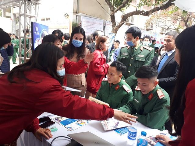 Nhiều bộ đội chuẩn bị xuất ngũ của Hà Nội được tuyển dụng ngay tại phiên giao dịch việc làm - Ảnh 2.