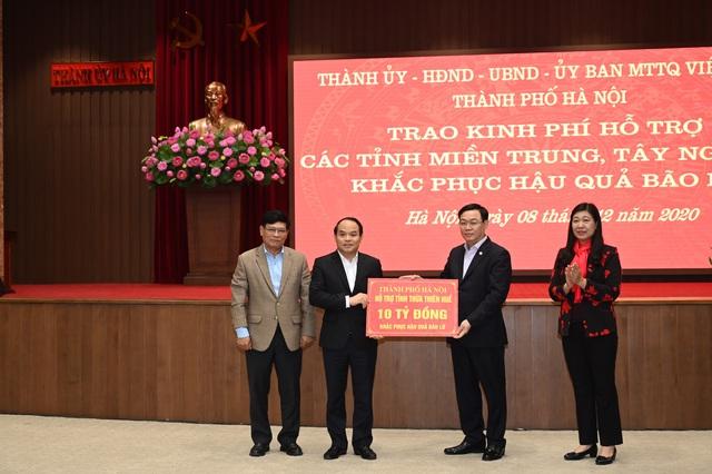Hà Nội tặng 91 tỷ đồng ủng hộ các địa phương khắc phục hậu quả do mưa lũ gây ra - Ảnh 1.