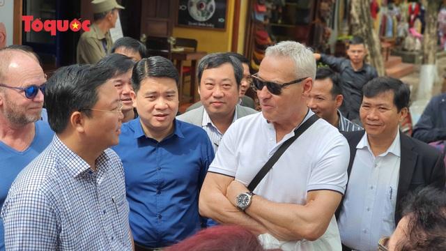 Chủ tịch Quảng Nam nói tiếng Anh với du khách Tây trên phố cổ Hội An - Ảnh 4.