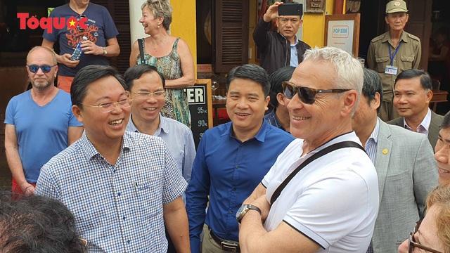 Chủ tịch Quảng Nam nói tiếng Anh với du khách Tây trên phố cổ Hội An - Ảnh 6.