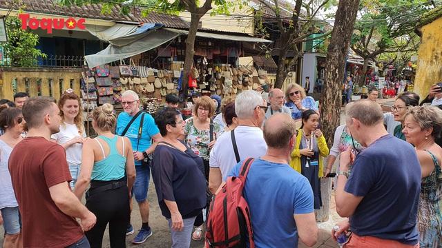 Chủ tịch Quảng Nam nói tiếng Anh với du khách Tây trên phố cổ Hội An - Ảnh 10.