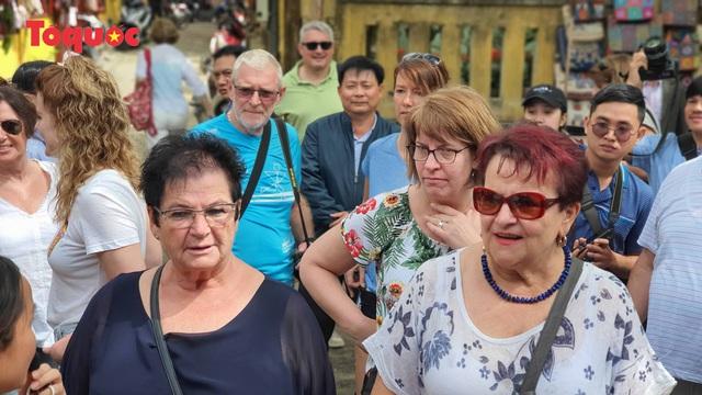 Chủ tịch Quảng Nam nói tiếng Anh với du khách Tây trên phố cổ Hội An - Ảnh 9.