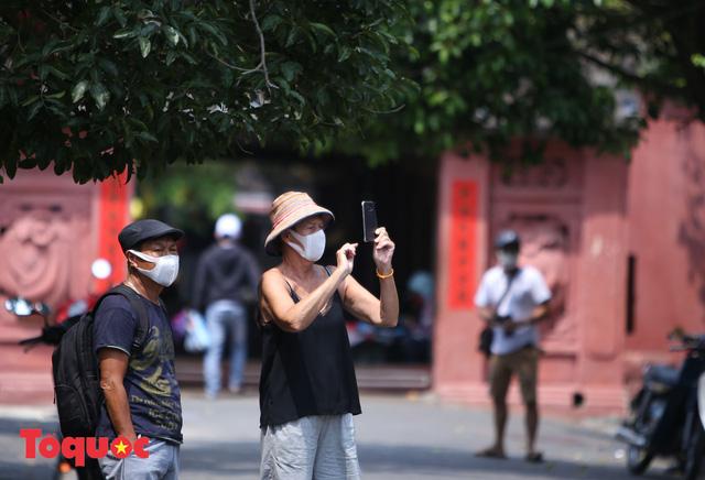 """Nhiều du khách nước ngoài đã """"chịu"""" đeo khẩu trang khi tham quan phố cổ Hội An - Ảnh 13."""
