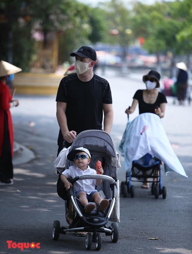 """Nhiều du khách nước ngoài đã """"chịu"""" đeo khẩu trang khi tham quan phố cổ Hội An - Ảnh 11."""