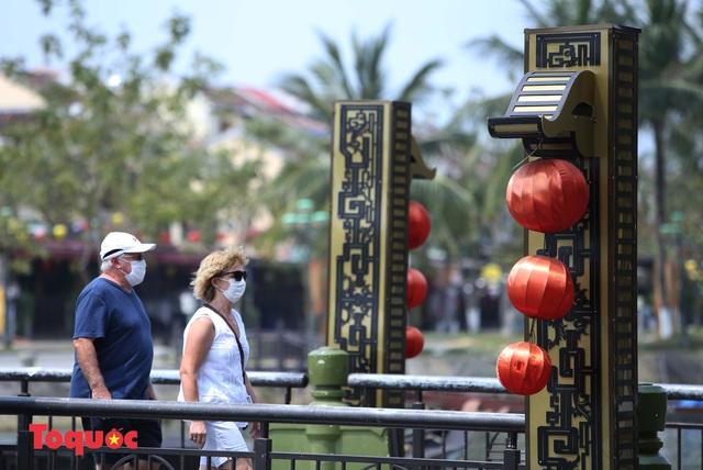 """Nhiều du khách nước ngoài đã """"chịu"""" đeo khẩu trang khi tham quan phố cổ Hội An - Ảnh 14."""