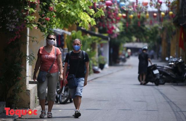 """Nhiều du khách nước ngoài đã """"chịu"""" đeo khẩu trang khi tham quan phố cổ Hội An - Ảnh 10."""