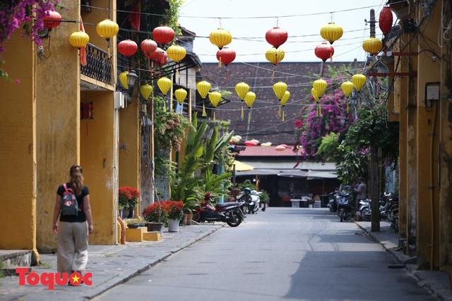 """Nhiều du khách nước ngoài đã """"chịu"""" đeo khẩu trang khi tham quan phố cổ Hội An - Ảnh 4."""