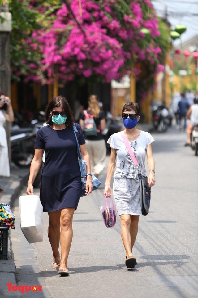 """Nhiều du khách nước ngoài đã """"chịu"""" đeo khẩu trang khi tham quan phố cổ Hội An - Ảnh 8."""