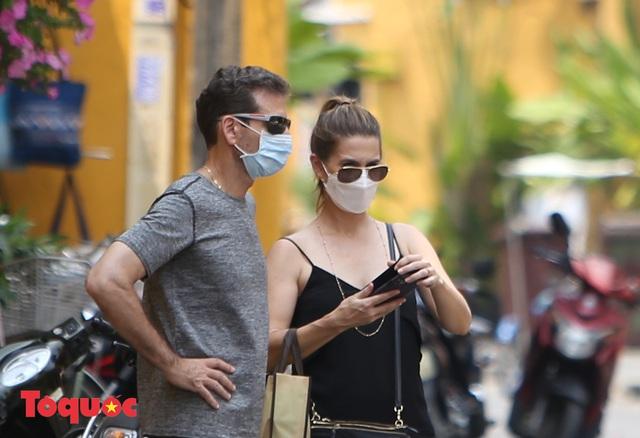 """Nhiều du khách nước ngoài đã """"chịu"""" đeo khẩu trang khi tham quan phố cổ Hội An - Ảnh 12."""