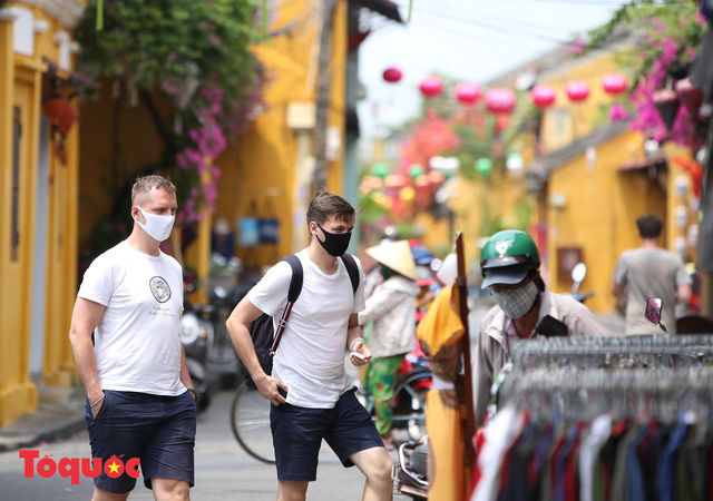 """Nhiều du khách nước ngoài đã """"chịu"""" đeo khẩu trang khi tham quan phố cổ Hội An - Ảnh 15."""