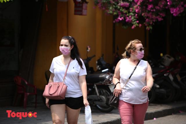 """Nhiều du khách nước ngoài đã """"chịu"""" đeo khẩu trang khi tham quan phố cổ Hội An - Ảnh 16."""