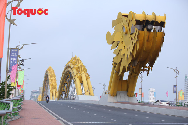 Nhiều tuyến phố ở Đà Nẵng vắng vẻ trong sáng ngày đầu tiên thực hiện cách ly toàn xã hội - Ảnh 1.