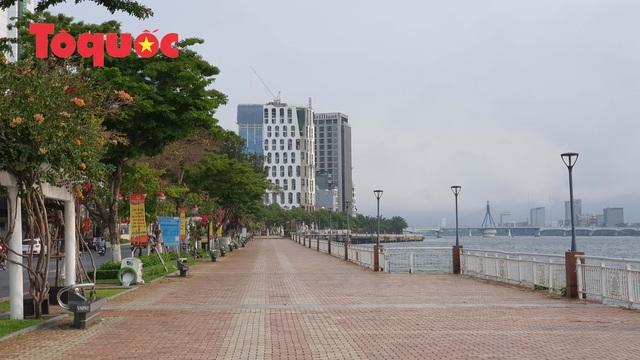 Nhiều tuyến phố ở Đà Nẵng vắng vẻ trong sáng ngày đầu tiên thực hiện cách ly toàn xã hội - Ảnh 3.