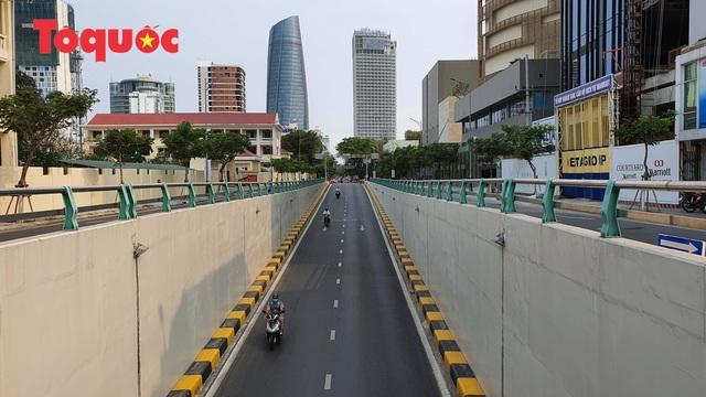 Nhiều tuyến phố ở Đà Nẵng vắng vẻ trong sáng ngày đầu tiên thực hiện cách ly toàn xã hội - Ảnh 9.