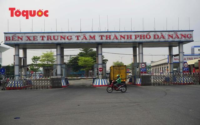 Nhiều tuyến phố ở Đà Nẵng vắng vẻ trong sáng ngày đầu tiên thực hiện cách ly toàn xã hội - Ảnh 5.