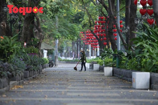 Nhiều tuyến phố ở Đà Nẵng vắng vẻ trong sáng ngày đầu tiên thực hiện cách ly toàn xã hội - Ảnh 7.