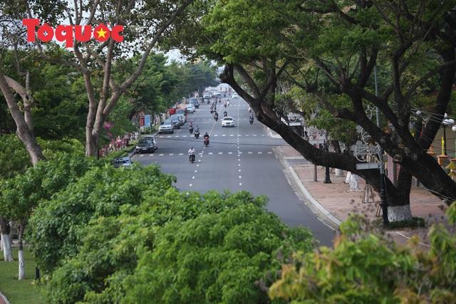 Nhiều tuyến phố ở Đà Nẵng vắng vẻ trong sáng ngày đầu tiên thực hiện cách ly toàn xã hội - Ảnh 2.