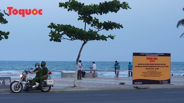 Nhiều tuyến phố ở Đà Nẵng vắng vẻ trong sáng ngày đầu tiên thực hiện cách ly toàn xã hội - Ảnh 15.