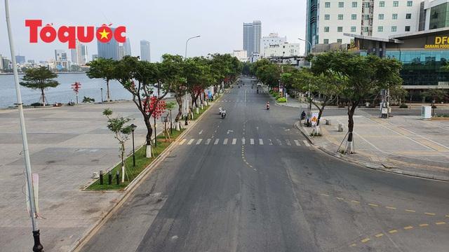 Nhiều tuyến phố ở Đà Nẵng vắng vẻ trong sáng ngày đầu tiên thực hiện cách ly toàn xã hội - Ảnh 6.